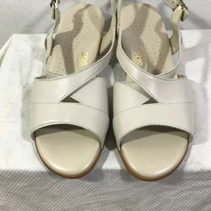 SAS Caress Beige Leather Sandal Womens 8.5 W  #A5